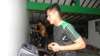 Penyerang Surabaya United, Rudi Widodo tetap berlatih menjaga kebugaran meski pelatih Ibnu Grahan memberikan libur satu hari. (Bola.com/Zaidan Nazarul)