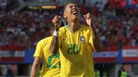 Striker Brasil, Roberto Firmino, merayakan gol ke gawang Austria pada laga persahabatan di Stadion Ernst Happel, Wina, Minggu (10/6/2018). Austria kalah 0-3 dari Brasil. (Bola.com/Reza Khomaini)