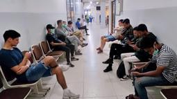 Tim Barito Putera berada di ruang tunggu RS Sari Mulia Banjarmasin untuk tes kesehatan terkait virus Corona yang konon menimpa asisten pelatih Yunan Helmi. (Dokumentasi Barito Putra/Gatot Susetyo)