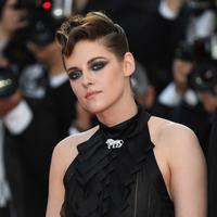 Kristen Stewart menghadiri pembukaan festival film internasional ke-71, Cannes, Prancis, (8/5). Di bagian belakang, rambut Kristen Stewart terlihat anyaman kecil di belakang lehernya seperti ekor tikus. (AP Photo/Joel C Ryan)