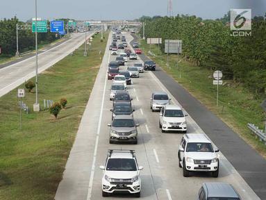 Sejumlah kendaraan melintas saat diberlakukanya sistem jalur satu arah (one way) di Gerbang Tol Palimanan, Cirebon, Jawa Barat, Jumat (7/6/2019). Rekayasa lalu lintas di H+3 Lebaran itu dilakukan guna mengantisipasi kemacetan saat arus mudik di Jalan Tol Trans Jawa. (Liputan6.com/Immanuel Antonius)