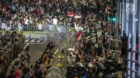 Aparat kepolisian bersiaga mengamankan unjuk rasa dari Gerakan Nasional Kedaulatan Rakyat di depan Gedung Bawaslu, Jakarta, Selasa (21/5/2019). Dalam aksinya mereka meminta Bawaslu memeriksa hasil perolehan suara Pemilu 2019 yang dinilai banyak kecurangan. (Liputan6.com/Faizal Fanani)