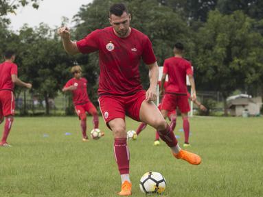 Striker Persija Jakarta, Marko Simic, mengontrol bola saat latihan di Lapangan Sutasoma Halim, Jakarta, Sabtu (3/3/2018). Latihan ini digelar sebelum berangkat ke Vietnam untuk melawan SLNA pada Piala AFC. (Bola.com/Asprilla Dwi Adha)