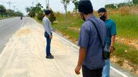 Personel Polsek Tampan melakukan olah tempat kejadian perkara jambret di Pekanbaru. (Liputan6.com/M Syukur)