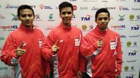 Tiga pesilat Indonesia (dari kiri ke kanan), Asep Yuldan, Nunu Nugraha, dan Anggi Faisal mempersembahkan medali emas dari nomor seni beregu putra SEA Games 2017. (Liputan6.com/Cakrayuri Nuralam)