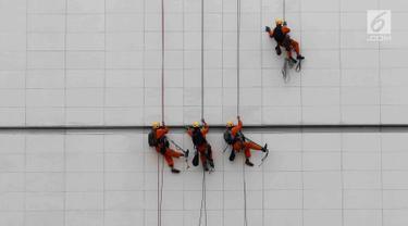 Pekerja membersihkan salah satu gedung bertingkat di Bundaran Hotel Indonesia, Jakarta, Rabu (14/3). Badan Penyelenggara Jaminan Sosial (BPJS) Ketenagakerjaan mencatat angka kecelakaan kerja di Indonesia terus meningkat. (Liputan6.com/Angga Yuniar)
