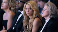Shakira saat menghadiri pertemuan tahunan Forum Ekonomi Dunia (WEF) di Davos, Swiss (16/1). Penyanyi asal Kolombia dan Duta UNICEF tersebut Tampil cantik saat berbicara di acara Forum Ekonomi Dunia (WEF). (AFP Photo/Fabrice Coffrini)