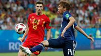 Pemain timnas Jepang Takashi Inui mengontrol bola dibayangi pemain Belgia Thomas Meunier pada 16 besar Piala Dunia 2018 di Rostov Arena, Selasa (3/7). Belgia melaju ke perempat final usai meraih kemenangan dramatis 3-2 atas Jepang. (AP/Natacha Pisarenko)