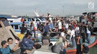 Wisatawan memadati kapal di dermaga Pelabuhan Kali Adem, Muara Angke, Jakarta, Sabtu (28/4). Beberapa tempat wisata Kepulauan Seribu masih menjadi primadona bagi para wisatawan untuk mengisi libur akhir pekan. (Merdeka.com/Iqbal S. Nugroho)