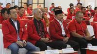Diaz Hendropriyono (kiri), Ketua Dewan Penasihat Partai Keadilan dan Persatuan Indonesia ( PKPI) Try Sutrisno (tengah) dan  Ketua Umum PKPI Hendropriyono (kedua kanan) saat Kongres Luar Biasa PKPI di Jakarta, Minggu (13/5). (Liputan6.com/Arya Manggala)
