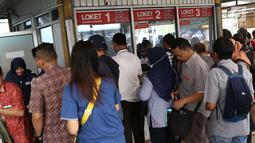 Sejumlah calon penumpang antre membeli tiket kertas di Stasiun Depok Baru, Jawa Barat, Senin (23/7). Pembaruan sistem pembelian tiket elektronik memaksa penumpang membeli tiket kertas seharga Rp3.000 untuk semua stasiun. (Liputan6.com/Immanuel Antonius)