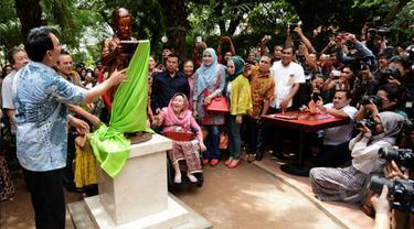 Gubernur Basuki Tjahaja Purnama saat menghadiri peresmian patung Abdurrahmah Wahid (Gus Dur) ketika kecil di Taman Amir Hamzah, Jakarta, Sabtu (25/4/2015). Patung Gus Dur ketika kecil terlihat berdiri sambil membaca buku. (Liputan6.com/Andrian M Tunay)