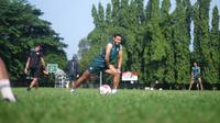 Bek Persikabo, Andy Setyo Nugroho, baru bergabung dalam sesi latihan timnya di Lapangan Pusdikzi AD, Air Mancur, Kota Bogor, Selasa (14/7/2020). (Bola.com/Permana Kusumadijaya)