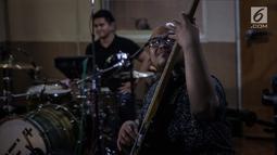 Personel band NEV+ saat latihan bersama Sophia Latjuba di Musica Studio, Jakarta, Jumat (26/1). Nidji Electronic Plus (NeV+) akan membawakan salah satu lagu hits dari Nidji dalam acara Love and Fabulous Festival (LAFF) 2018. (Liputan6.com/Faizal Fanani)