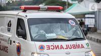 Ambulans membawa pasien COVID-19 ke Rumah Sakit Darurat Wisma Atlet, Kemayoran, Jakarta, Kamis (10/9/2020). Pemerintah menyiapkan 2.700 tempat tidur di RSD Wisma Atlet untuk merawat pasien COVID-19 dengan kondisi sedang dan ringan. (Liputan6.com/Faizal Fanani)
