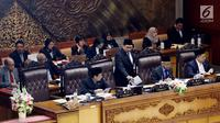 Plt Ketua DPR Fadli Zon (berdiri) usai menyampaikan pidato saat memimpin Rapat Paripurna ke-15 di Senayan, Jakarta, Selasa (9/1). Fadli menggantikan Setya Novanto yang didakwa terlibat kasus e-KTP. (Liputan6.com/Johan Tallo)