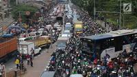 Kendaraan  terjebak kemacetan di sekitar kawasan Pejompongan akibat unjuk rasa mahasiswa di depan Gedung DPR, Jakarta, Selasa (24/9/2019). Demonstrasi mahasiswa dilakukan untuk menolak pengesahan berbagai RUU yang dianggap bermasalah. (Liputan6.com/Helmi Fithriansyah)