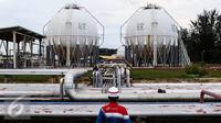 Petugas lapangan memantau Area Tanki LPG (Spherical Tank) di kawasan kilang RU V Balikpapan, Kalimantan, Kamis (14/05). Kilang RU V merupakan kilang pengolahan minyak Pertamina terbesar ke-2 di Indonesia. (Liputan6.com/Fery Pradolo)