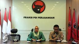Anggota Komisi III DPR dari Fraksi PDIP Dwi Ria Latifah (kiri) dan Masinton Pasaribu, saat memberikan keterangan pers di Ruang Fraksi PDIP, Senayan, Jakarta. (2/9/2015). Fraksi PDIP tak setuju Komjen Budi Waseso dicopot. (Liputan6.com/Helmi Afandi)