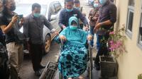 Nenek Darmina (78), didampingi kuasa hukumnya datang dari Banyuasin ke Polda Sumsel, untuk mengurus gugatan baliknya ke anak kandungnya sendiri (Liputan6.com / Nefri Inge)