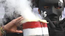 Aktivitis melakukan aksi teatrikal di Kedubes Jepang di Jakarta, Rabu (26/6/2019). Mereka meminta Jepang menghentikan pendanaan proyek energi kotor batubara yang memicu krisis iklim, pencemaran, kerusakan lingkungan dan penderitaan masyarakat khususnya di Indonesia. (Liputan6.com/Immanuel Antonius)