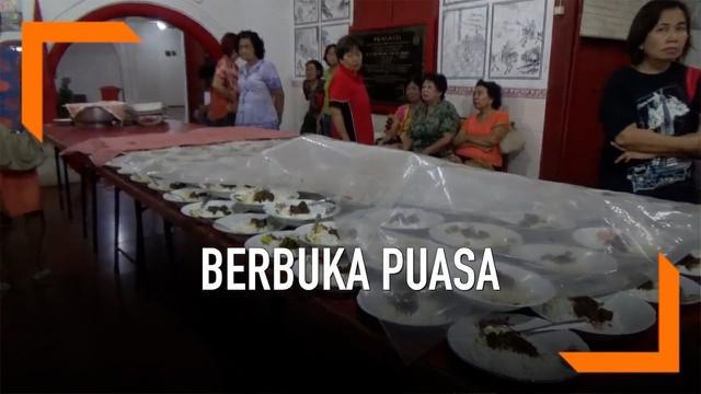 Sebuah Klenteng di Bojonegoro Jawa Timur menyediakan makanan berbuka bagi warga muslim yang sedang menjalankan ibadah puasa.