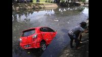 Sebuah mobil di Makassar tercebur ke kali setelah pengendaranya hilang kendali (facebook)