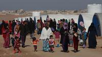 Sejumlah warga yang melarikan diri dari pertempuran antara pasukan Irak melawan kelompok militan ISIS beraktivitas di kamp pengungsian Sewdinan, Khazer, Irak, 3 Januari 2017. (AP Photo / Khalid Mohammed)
