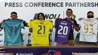 Persik saat teken kontrak dengan produsen aparel Noij Malang. Penundaan kompetisi membuat sponsor pun enggan kerjasama dengan klub. (Bola.com/Gatot Susetyo)