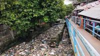Lautan sampah bertebaran di pemukiman warga di atas Sungai Tawar Palembang (Liputan6.com / Nefri Inge)