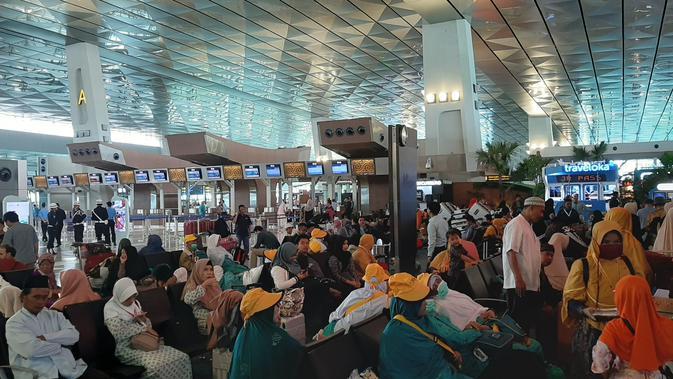 Calon jemaah umrah saat berada di Bandara Soekarno-Hatta. Mereka tertahan setelah Arab Saudi mengeluarkan larangan umrah lantaran mengantisipasi virus corona. (Liputan6.com/Pramita Tristiawati)