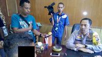 Yoseph, tukang ojek asal Desa Nele Barat, Kecamatan Nele, Kabupaten Sikka, bersama keluarganya itu mendatangi Polres Sikka melaporkan aksi keji anggota Polantas tersebut, Selasa (21/5/2019). (Liputan6.com/ Ola Keda)