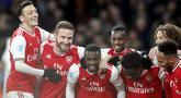 Penyerang Arsenal, Nicolas Pepe (tengah) berselebrasi dengan rekan-rekannya usai mencetak gol ke gawang Newcastle United pada pertandingan lanjutan Liga Inggris di Stadion Emirates di London, Minggu, (16/2/2020). Arsenal menang telak 4-0 atas Newcastle. (AP Photo/Frank Augstein)