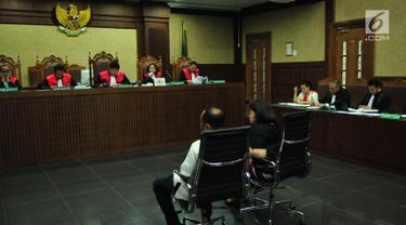 Pengacara Elza Syarief (kanan) menjadi saksi pada sidang lanjutan kasus dugaan pemberian keterangan palsu dalam sidang kasus KTP Elektronik dengan terdakwa Miryam S Haryani di Pengadilan Tipikor, Jakarta, Senin (21/8). (Liputan6.com/Helmi Afandi)