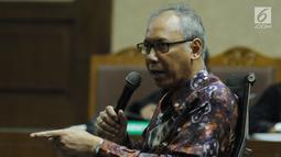 Terdakwa perintangan penyidikan korupsiE-KTP, Bimanesh Sutarjomemberi keterangan saat menjalani sidang lanjutan di Pengadilan Tipikor, Jakarta, Kamis (7/6). Sidang mendengar keterangan terdakwa. (Liputan6.com/Helmi Fithriansyah)