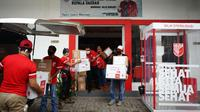 PKPI menyalurkan bantuan untuk masyarakat saat pandemi corona covid-19. (Liputan6.com/Putu Merta Surya Putra)