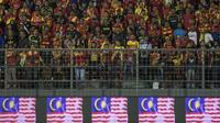 Suporter Selangor FA memberikan dukungan saat melawan Kuala Lumpur FA pada laga Liga Super Malaysia di Stadion Kuala Lumpur, Cheras, Minggu (4/2/2018). Kuala Lumpur FA kalah 0-2 dari Selangor FA. (Bola.com/Vitalis Yogi Trisna)