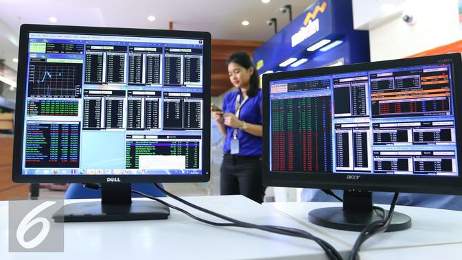 Pekerja melintas di layar sekuritas di Jakarta, Senin (1/8). IHSG mengakhiri perdagangan hari ini ditutup di teritori positif. Seharian, IHSG bergerak di zona hijau dan ditutup melesat hingga nyaris 3%. (Liputan6.com/Angga Yuniar)