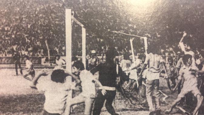 Pendukung Persija saat merayakan kesuksesan klub kesayangannya jadi juara perserikatan 1973. (Bola.com/Repro. Kompas)