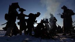 Penggemar sejarah mengenakan kostum tentara membakar api ungun saat beristirahat di Austerlitz, Republik Ceko (2/12). Pertempuran Austerlitz adalah salah satu dari sekian kemenangan besar yang diraih oleh Napoleon. (AP Photo/Petr David Josek)