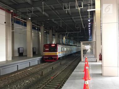 Kereta KRL melintas di Stasiun Sudirman Baru, Jakarta, Rabu (7/2). Longsor yang terjadi pada underpass di Jalan Perimeter Selatan Bandara Soekarno-Hatta membuat operasional kereta bandara harus dihentikan. (Liputan6.com/Immanuel Antonius)