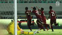 Pemain timnas Indonesia U-23 merayakan gol yang dicetak Hansamu Yama Pranata (kiri) saat laga persahabatan melawan Korea Selatan U-23 di Stadion Pakansari, Kab Bogor, Sabtu (23/6). Indonesia U-23 kalah 1-2. (Liputan6.com/Helmi Fithriansyah)
