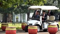 Presiden Joko Widodo (kanan) mengantar PM Malaysia Mahathir Mohamad untuk salat Jumat bersama di Kompleks Istana Bogor, Jawa Barat, Jumat (29/6). Mahathir kembali memimpin Malaysia setelah memenangkan pemilu. (Liputan6.com/Pool/Biro Pers Setpress)
