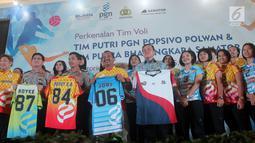 Irwasum Komjen Putut Eko (kedua kanan) bersama Irjen Royke Lumowa (kedua kiri), Dirut PGN Jobi Triananda (kanan), dan CEO Samator Arief Harsono (kiri) luncurkan PGN Popsivo Polwan dan Bhayangkara Samator, Jakarta, Selasa (16/1). (Liputan6.com/Pool/Hardi)