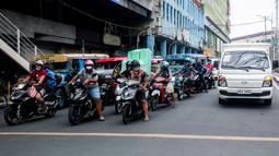Pengendara motor mengenakan masker di Manila, Filipina (2/8/2020). Departemen Kesehatan negara itu melaporkan total 5.032 kasus baru Covid-19 pada Minggu (2/8) tersebut merupakan rekor kasus harian tertinggi selama empat hari berturut-turut. (Xinhua/Rouelle Umali)