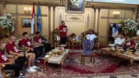 Rombongan skuat PSM diterima Wakil Gubernur Sulsel, Andi Sudirman Sulaiman, di rumah jabatan Gubernur Sulsel, Rabu (7/8/2019). (Bola.com/Abdi Satria)