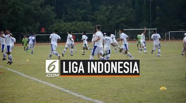 Polisi mencegah sejumlah suporter Persib Bandung yang akan berangkat ke Stadion GBK, Jakarta. Hari Ini Persib Bandung akan bertanding melawan Persija dalam Shopee Liga 1.