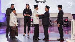 Capres dan cawapres nomor urut 01 Joko Widodo atau Jokowi-Ma'ruf Amin bersalaman dengan capres dan cawapres nomor urut 02 Prabowo Subianto-Sandiaga Uno usai debat perdana Pilpres 2019 di Hotel Bidakara, Jakarta, Kamis (17/1).(Www.sulawesita.com)