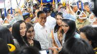 Presiden Joko Widodo bersama Puteri Indonesia mencoba moda transportasi MRT di Jakarta, Selasa (19/3). Jokowi dan para Menteri naik dari Stasiun Bundaran HI menuju Stasiun Lebak Bulus. (Liputan6.com/Angga Yuniar)