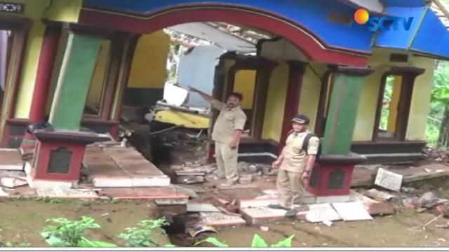Sementara itu, bencana tanah bergerak dan amblas di Kabupaten Ciamis juga membuat ratusan rumah rusak parah. Jumlah kerusakan bertambah akibat tanah yang terus bergerak setiap harinya.